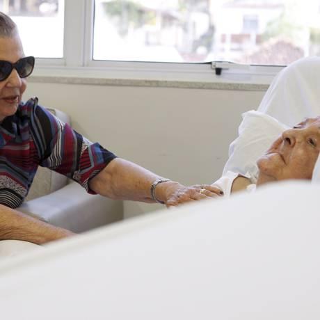 Dia a dia. Héber Lacerda, cuida da irmã, Maria, em estágio avançado de Alzheimer Foto: Gustavo Stephan