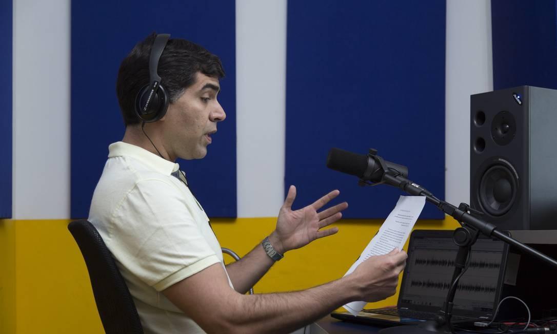 Narrador grava livro em áudio na sede da Ubook no Rio de Janeiro: concorrente da Tocalivros, empresa tenta conquistar mercado consumidor no país Foto: Leo Martins / Agência O Globo