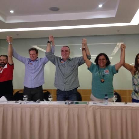 Crivella em ato de apoio junto com membros do PV Foto: Raphael Kapa / Agência O Globo