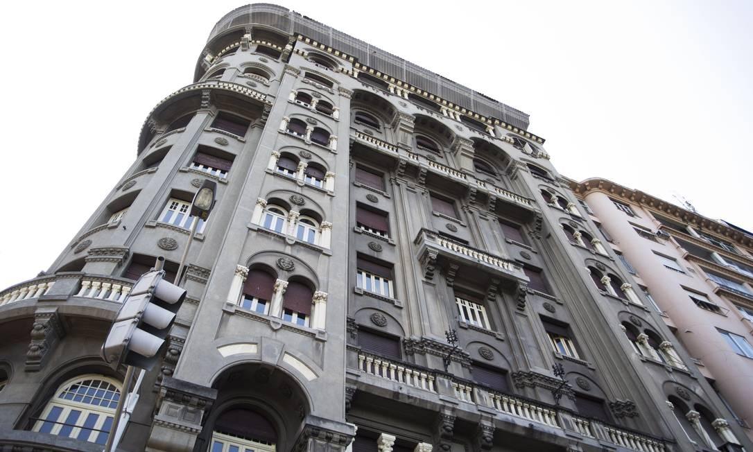 De estilo eclético e fachada escura, o Palais Seabra ou Edifício Seabra, na Praia do Flamengo, é conhecido como Dakota carioca. Foto: Ana Branco / Agência O Globo