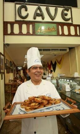 O chef João Figueiredo, na Confeitaria Cavé Foto: Marcos Ramos/06-03-2013 / Agência O Globo