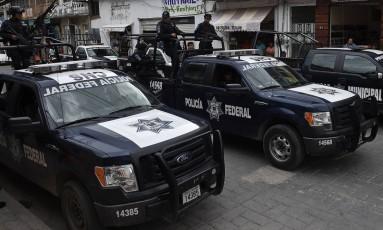 Membros da Polícia Federal mexicana são vistos em rua de Teloloapan, no estado de Guerrero Foto: RONALDO SCHEMIDT / AFP