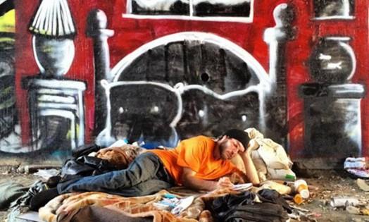 Um artista anônimo de Los Angeles, que atende pelo apelido de Mini Robot, tem usado o grafite para chamar atenção para a população de rua Foto: Reprodução /Instagram