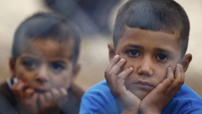 Crianças curdas refugiadas da cidade Síria de Kobani em um campo em Suruc, na fronteira entre a Turquia e a Síria Foto: KAI PFAFFENBACH / REUTERS