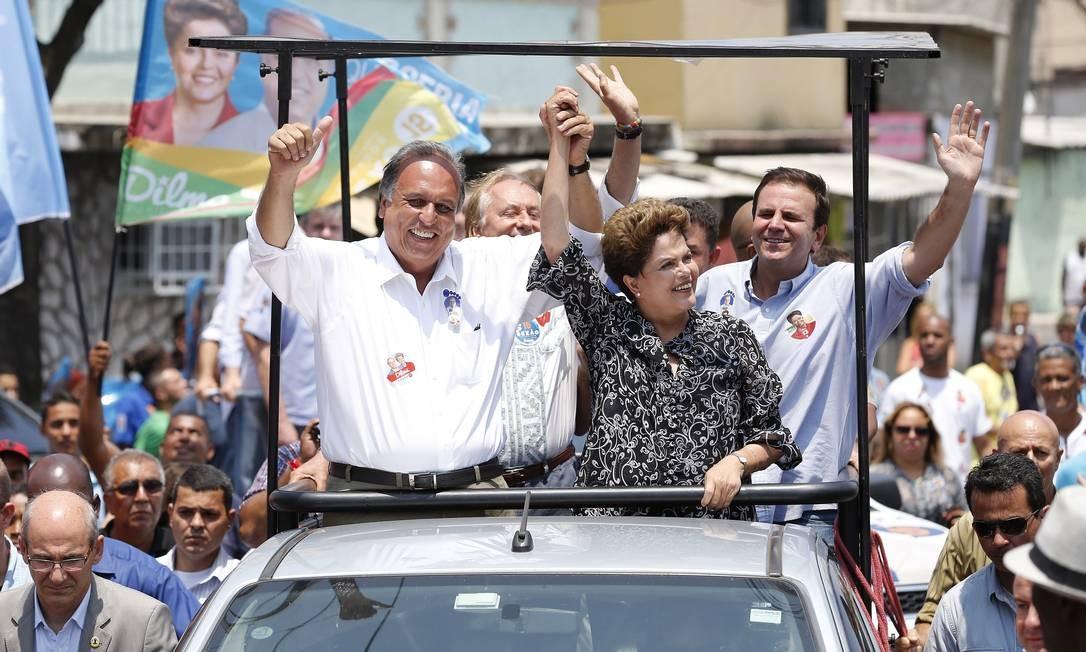 Em outubro, a presidente Dilma participou de carreta em Padre Miguel e Bangu ao lado do canditado pelo PMDB e do prefeito Eduardo Paes Foto: Ivo Gonzalez / Agência O Globo
