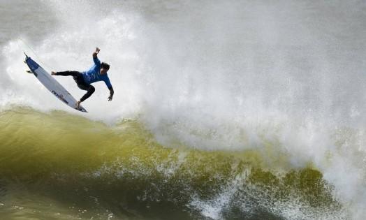 O sul-africano Jordy Smith se desequilibra ao descer uma onda Foto: PATRICIA DE MELO MOREIRA / AFP