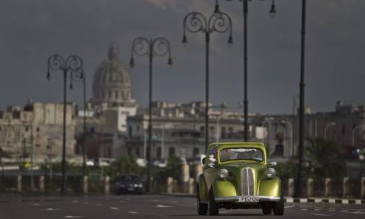 No Malecon, em Havana, homem circula com um clássico modelo dos anos 50 Foto: Franklin Reyes / AP