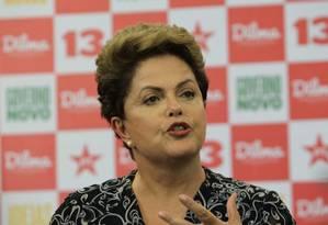 Candidata a reeleição, a presidenta Dilma Rousseff (PT) concede entrevista coletina na tarde desta segunda-feira em hotel no centro de São Paulo Foto: Marcos Alves