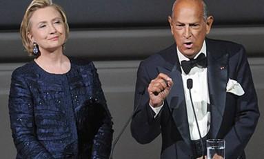 O estilista Oscar de la Renta ao lado da ex-secretária de Estado Hillary Clinton no CFDA Fashion Awards em 2013 Foto: AP