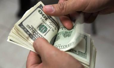 Considerado um porto seguro por investidores, dólar avança quando há aversão a risco no mercado Foto: Bloomberg