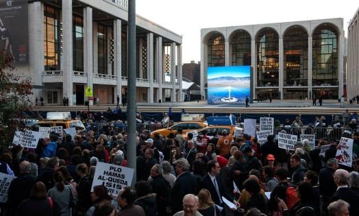 A estreia em Nova York de 'The death of Klinghoffer', ópera centrada no assassinato de um homem judeu em um cruzeiro por militantes palestinos, foi marcada por protestos na noite desta segunda. Centenas de manifestantes criticaram a produção da Met Opera por ela 'dar voz a terroristas' Foto: Bryan Thomas / AFP