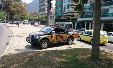 Carro de segurança particular na Avenida Borges de Medeiros, na Lagoa, na segunda-feira (20/10/2014) Foto: O Globo / Alessandro Lo-Bianco