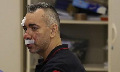 O carnavalesco Cahe Rodrigues depõe na delegacia, após sofrer tentiva de sequestro e atropelar duas pessoas Foto: Marcelo Theobald / Agência O Globo
