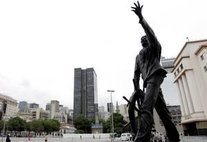 O monumento ao Almirante Negro na Praça Quinze também é citado no livro Guia Patrimonial da Pequena Africa Foto: Agência O Globo / Gustavo Miranda