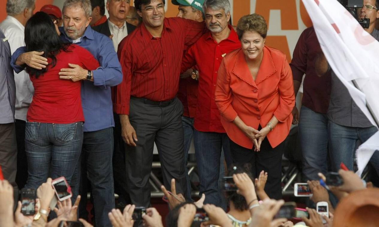 A presidente Dilma Rousseff, candidata do PT à reeleição, fez comício para ao lado do ex-presidente Lula no centro de Goiana, em Pernambuco, na reta final da campanha, poucos dias antes do segundo turno Foto: Hans von Manteuffel / Agência O Globo