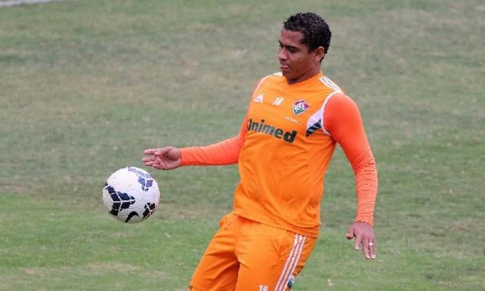 Walter domina a bola no treino do Fluminense. Atacante será titular contra o Santos Foto: Divulgação/Photocamera