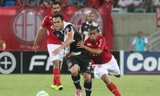 Kléber sofre a marcação de um jogador do América-RN Foto: MarceloSadio / Vasco da Gama