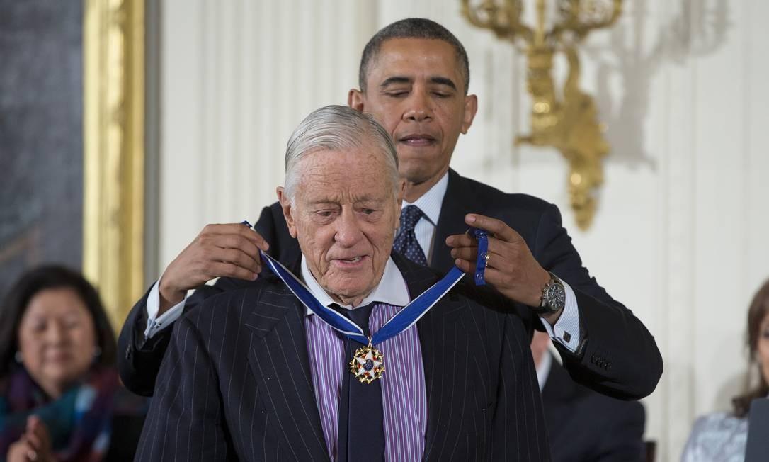 Nesta foto de arquivo 20 de novembro de 2013, presidente Barack Obama coloca Medalha Presidencial da Liberdade no ex-editor do 'Washington Post' Ben Bradlee, durante uma cerimônia na Casa Branca, em Washington Foto: Evan Vucci / AP
