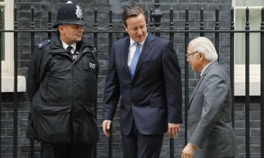 Premier britânico, David Cameron (centro), cumprimenta o presidente da Singapura, Tony Tan Keng Yam em frente ao Downing Street, em Londres Foto: SUZANNE PLUNKETT / REUTERS