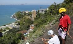 Desafio. Marcelo (de capacete preto) pratica com alunos no Morro Dois Irmãos Foto: Agência O Globo / Felipe Hanower