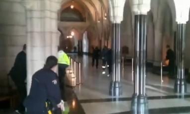 Imagem de vídeo mostra policiais dentro do Parlamento canadense, em busca do atirador Foto: The Globe and Mail / REUTERS
