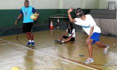 Paralímpico. Alunos da escola Malba Tahan, em Irajá, jogam golbol, modalidade para deficiente visual Foto: Angelo Antônio Duarte / Agência O Globo