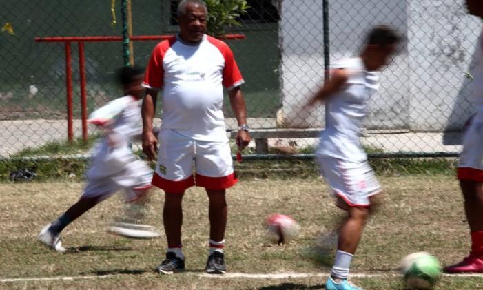 Exemplo. Jairzinho, o Furacão da Copa de 70, dá aulas de futebol em Manguinhos Foto: Angelo Antônio Duarte / Agência O Globo