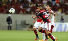 Everton arranca com a bola no jogo contra o Internacional, no Maracanã. Meia deve ser poupado sábado, contra o Botafogo, em Manaus Foto: Cezar Loureiro / Agência O Globo