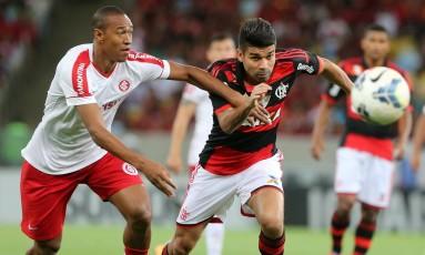 Fabricio, do Inter, e Eduardo da Silva, do Flamengo, correm atrás da bola Foto: Marcelo Theobald / Agência O Globo