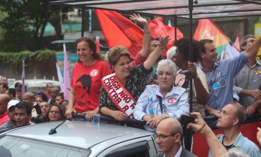 No Rio, a presidente Dilma Rousseff faz ato com mulheres em Caxias ao lado de Jandira Feghali, Benedita da Silva e Cidinha Campos Foto: Marcelo Carnaval / Agência O Globo