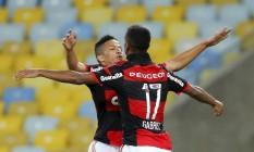 Gabriel e Nixon comemoram o primeiro gol do Flamengo Foto: Cezar Loureiro / Agência O Globo