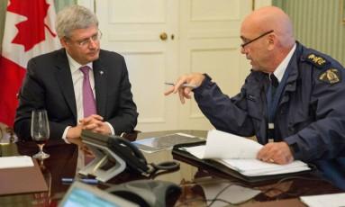 Stephen Harper (esquerda) ao lado do chefe da Polícia Montada canadense, Bob Paulson, após os tiroteios desta quarta-feira. Premier afirmou que país não será initmidado por ataques Foto: AP