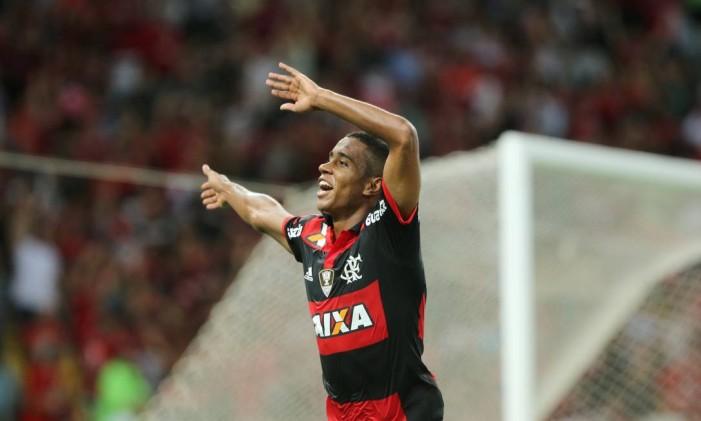 Gabriel comemora o segundo gol na vitória do Flamengo sobre o Internacional Foto: Marcelo Theobald / Agência O Globo