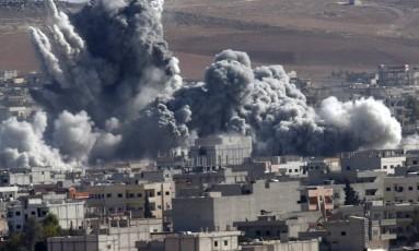 Fumaça sobe sobre a cidade curda síria de Kobani, após ataque aéreo da coalizão liderada pelos EUA Foto: Lefteris Pitarakis / AP