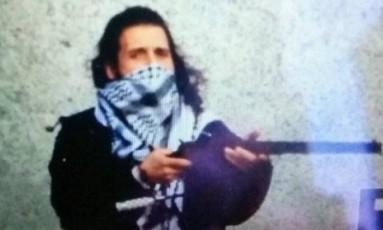 Fontes policiais confirmaram esta imagem tuitada de uma conta do Estado Islâmico como sedo de Michael Zehaf-Bibeau Foto: Reprodução Twitter