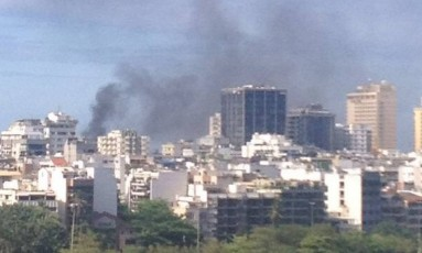 A fumaça do incêndio pôde ser vista de longe Foto: Foto da leitora Bruna Fonyat / Eu-Repórter
