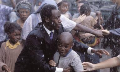 Cena do filme 'Hotel Ruanda' que se passa durante o genocídio de 1994 Foto: Divulgação