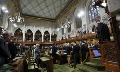 Parlamentares canadenses fazem um minuto de silêncio pelo cabo morto Foto: Reuters