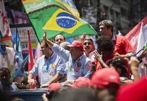Ex-presidente Lula faz passeata em Alcântara, São Gonçalo, em campanha pró-Dilma Foto: Guito Moreto / Agência O Globo