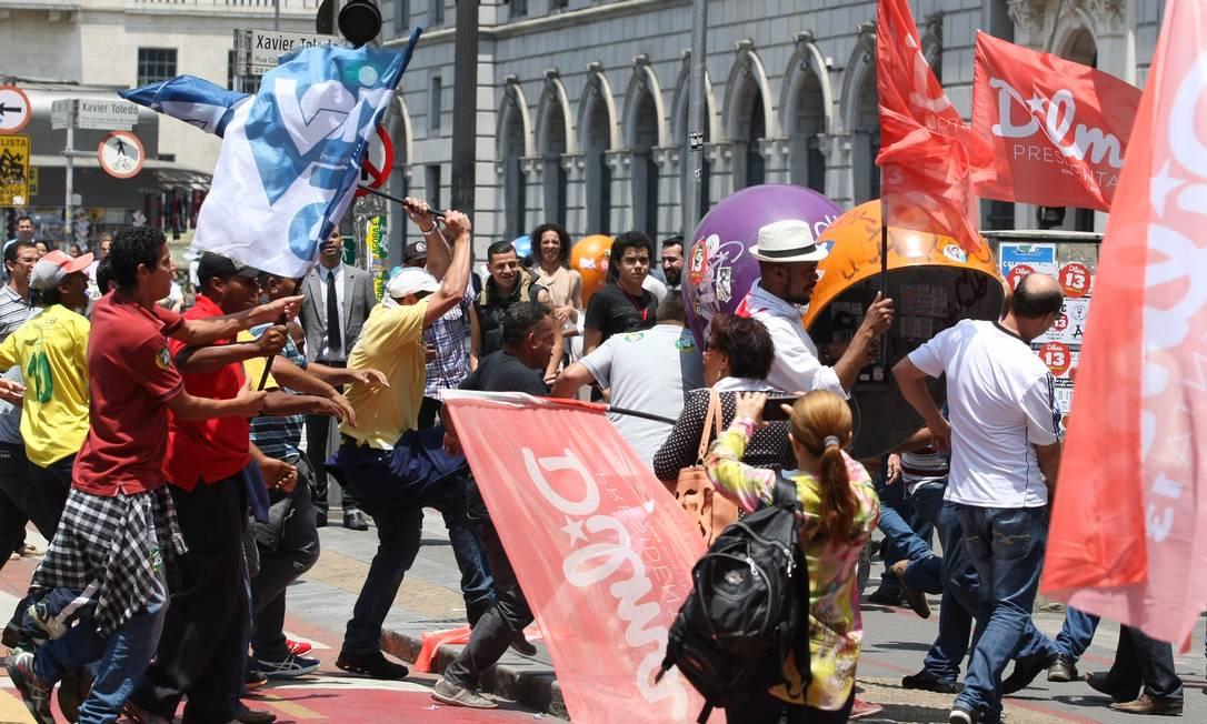 Militantes pró-Aécio e pró-Dilma entraram em confronto em frente ao Teatro Municipal em São Paulo Foto: Agência O Globo / Michel Filho