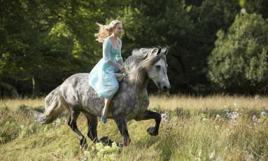 Lily James vive Cinderela no filme homônimo de 2015 Foto: Divulgação