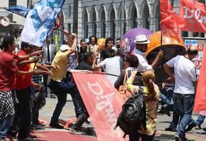 Em São Paulo, Militantes Pró-Aécio e Pró-Dilma entraram em confronto ao lado Theatro Municipal quando os movimentos se encontraram após percorrerem algumas ruas do centro da cidade Foto: Michel Filho / Agência O Globo