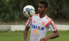 Gabriel domina a bola no treino do Flamengo Foto: Divulgação / Flamengo