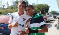 Edson (à esquerda) tira foto com um torcedor do Fluminense na volta ao Rio Foto: Foto: Divulgação/Photocamera