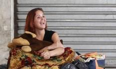 Feliz. Jéssica sorri em sua despedida de Niterói; Ela embarcou esta semana para São Paulo, onde fará tratamento contra dependência química Foto: Márcio Alves / Agência O GLOBO