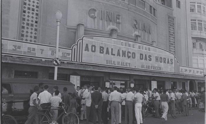 Multidão em frente ao Cine Rian, em Copacabana, em 1957 Foto: Acervo / O Globo