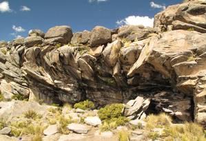 O abrigo de pedra de Cuncaicha, no Peru: a 4480 metros acima do nível do mar e mais de 12 mil anos, é o mais antigo sítio arqueológico em grandes altitudes já descoberto Foto: Kurt Rademaker