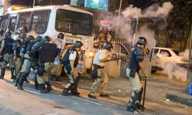 Guardas enfrentam manifestantes nas imediações da Central Foto: Antonio Scorza / Agência O Globo
