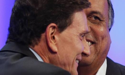 Marcelo Crivella e Luiz Fernando Pezão em debate na TV Globo Foto: Alexandre Cassiano / Agência O Globo