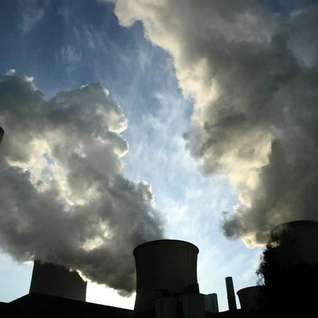 Meio ambiente. Fumaça sai de usina térmica a carvão na Alemanha: acordo inclui busca de fontes de energia menos poluentes Foto: Wolfgang von Brauchitsch / Bloomberg News